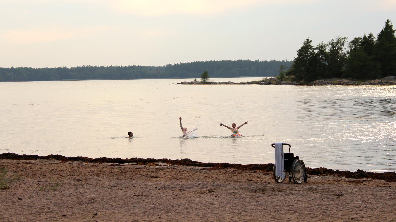 Lapset uivat järvessä